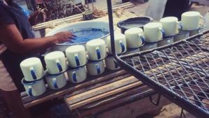 Handgemaakte-Emaille-mokken-rechtstreeks-vanuit-Haïti.