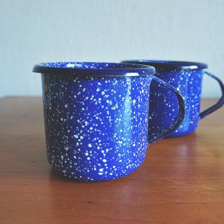 Handgemaakte-Emaille-Mok-Blauw-met-Stippen
