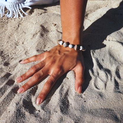 Handgemaakte-armbanden.-Gemaakt-van-klein-en-gerecycled-papier-in-Haïti.-D.D.-Creatives