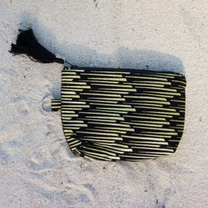 Handgemaakt-Make-Up-tasje-uit-Haïti-met-uniek-patroon-D.D.-Creatives