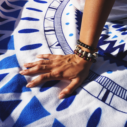 Handgemaakte-armbanden.-Gemaakt-van-klein-en-gerecycled-papier-in- Haïti.-D.D.-Creatives