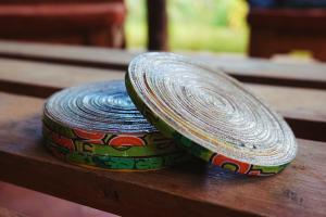 Handgemaakte-onderzetters.-Gemaakt-in-Haïti-van-gerecycled-karton-dat-speciaal-gehard-is.-D.D.-Creatives